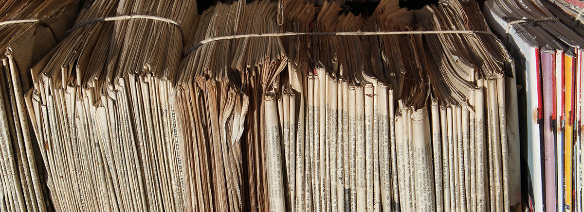Stapel mit Papier und Zeitungen